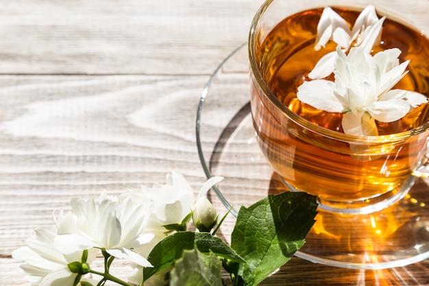 Чай с цветком на деревянном столе