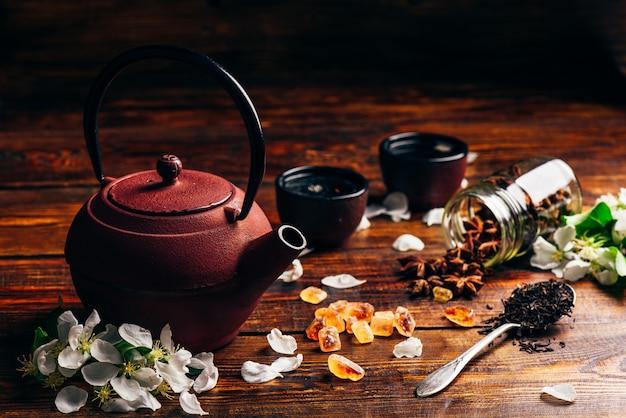 Чай с цветами и приправой.
