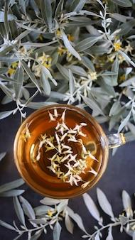 新鮮な海クロウメモドキとお茶