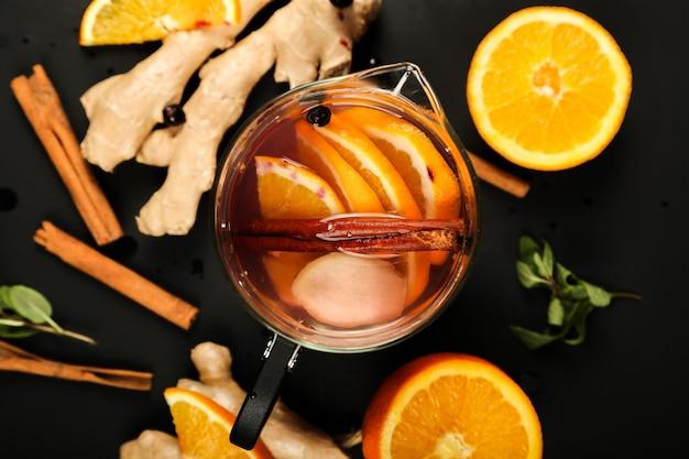トップビュー内の生姜とレモンのスライスとお茶