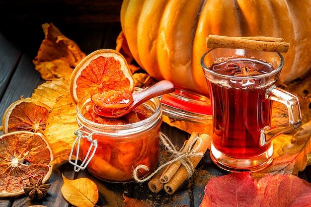 Чай с вареньем из тыквы и аброк, осенняя сцена,