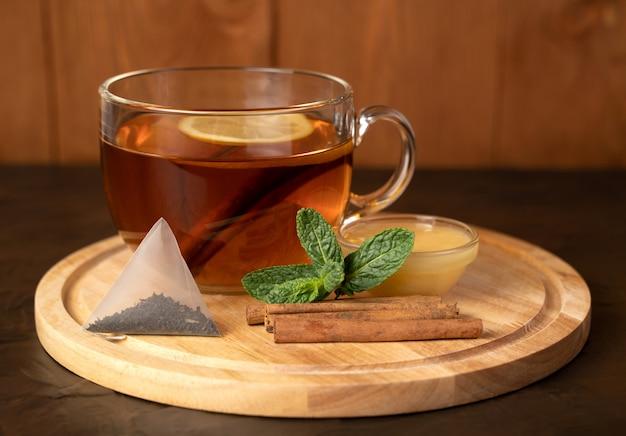 レモンとシナモンと木の板にお茶
