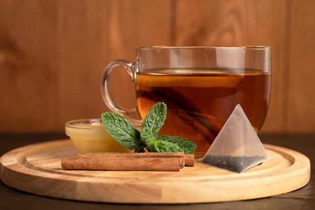 Чай с лимоном и корицей на деревянной доске