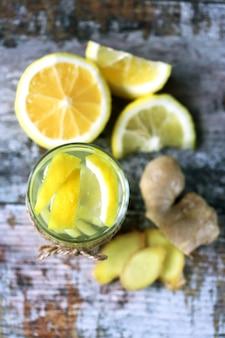 免疫力を高めるレモンとジンジャー入りのお茶。