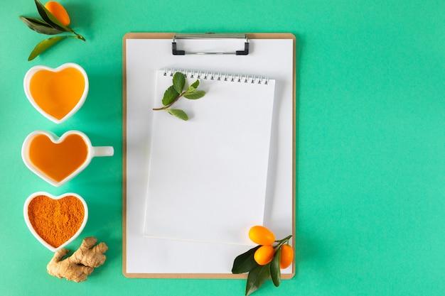 Чай с лимоном и медом, средства для повышения иммунитета и простуды, вид сверху. Premium Фотографии
