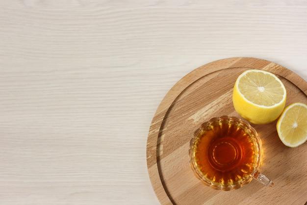 テーブル、上面図にレモンとお茶。フラットレイ。あなたのテキストのための空のスペース。