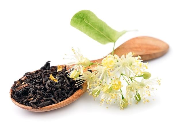 Чай с цветами липы крупным планом