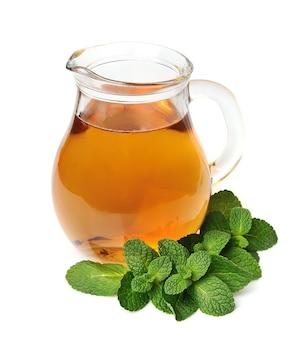Чай с мятой, изолированные на белом фоне