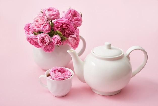 ピンクの木製のテーブル、コピー領域にピンクのバラとお茶。グリーティングカード