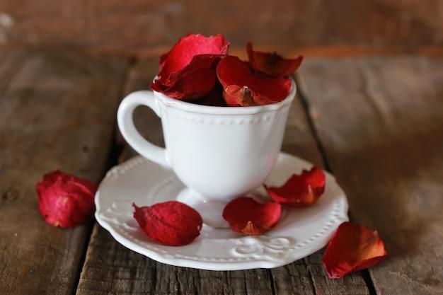 장미 꽃잎과 설탕을 넣은 차