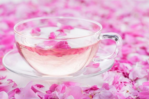バラの花びらとお茶。概念休日バレンタインデー。