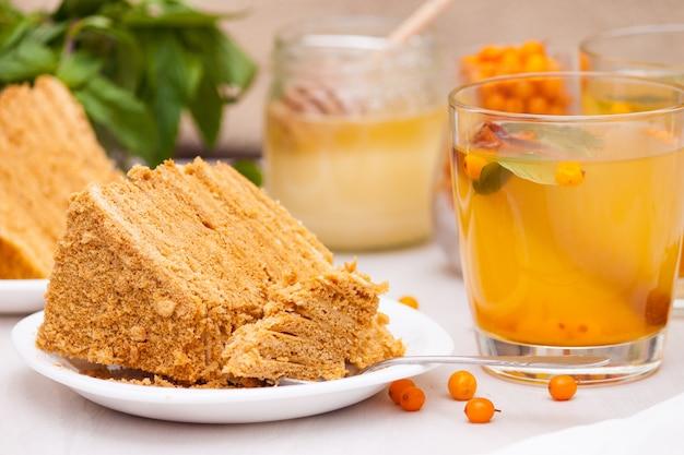 海クロウメモドキ、ミント、蜂蜜、シナモン入りのお茶