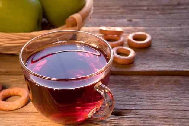 나무 테이블에 초밥 차