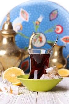 白いテーブルの上にターキッシュデライトとレモンとお茶