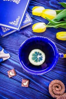 お茶、黄色い花、イースターのウサギとチョコレートのかけら、上面図