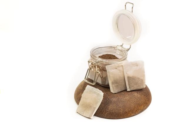 白い背景の上の瓶にティーバッグとお茶