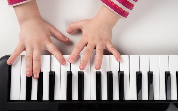아이들에게 신디사이저, 피아노, 음악 학교를 가르치십시오.