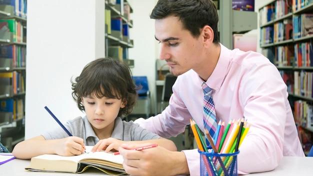教師とチャイルド学生の学習