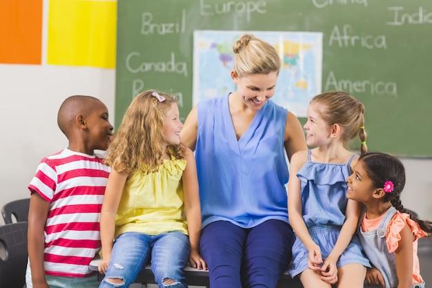先生と子供たちが教室で楽しんで