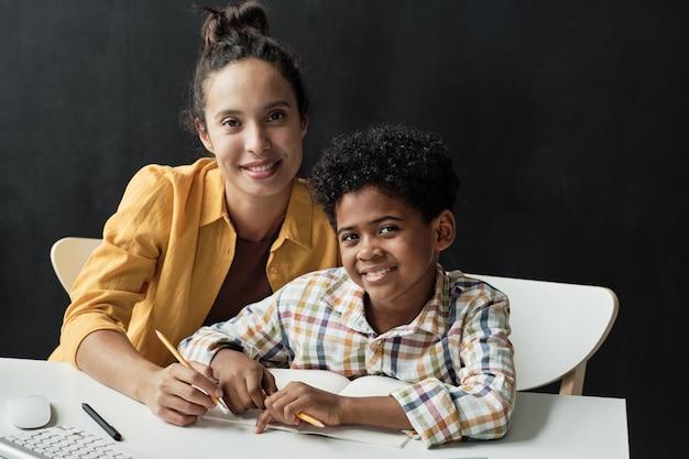 机に座っている教師と男子生徒