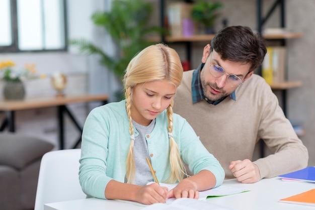 Учитель и молодой студент изучают новые уроки