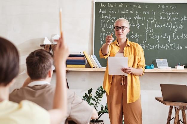Учитель спрашивает студентов на уроке