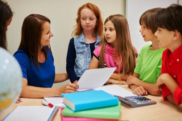 학생들에게 몇 가지 질문을하는 교사