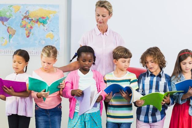 教室で子供たちを支援する教師