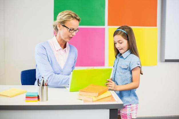 図面で女子高生を支援する教師