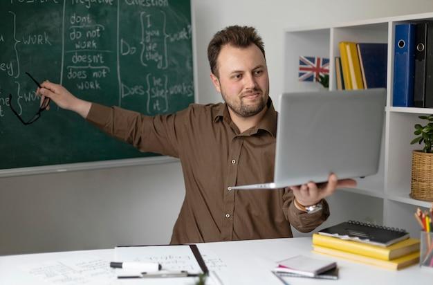 Учитель проводит онлайн-урок английского для своих учеников