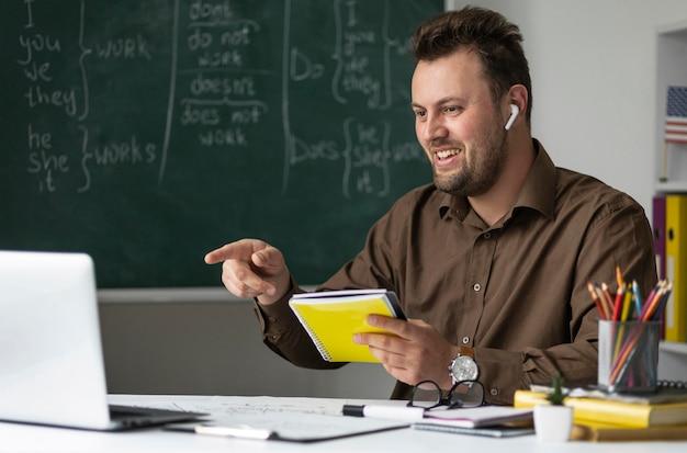 オンラインで英語のレッスンをしている先生
