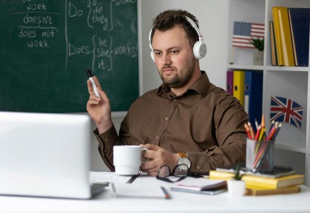Учитель делает урок английского онлайн