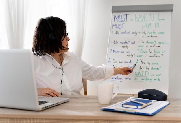 Учитель делает уроки английского онлайн