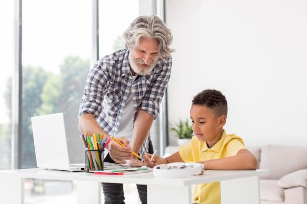 Учитель объясняет урок ученику