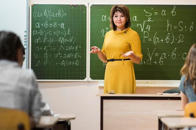 Учитель, объясняя урок
