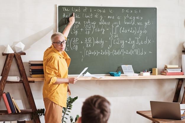学校で数学を説明する先生