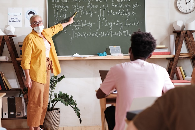 Учитель объясняет математику ученикам