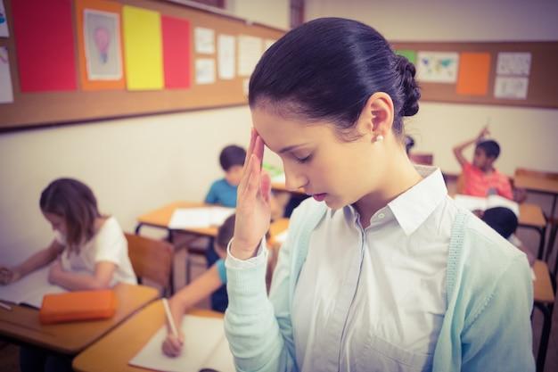 Учитель получает головную боль в классе