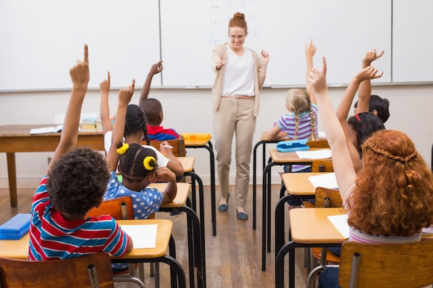 教室で数学の教訓を教える教師