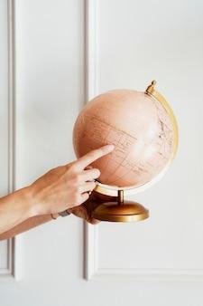 クラスで地球儀を持っている先生