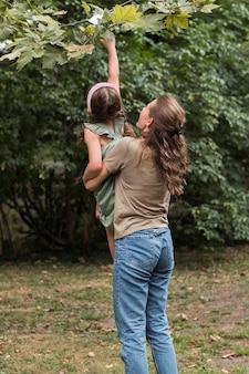 Учитель держит маленькую девочку