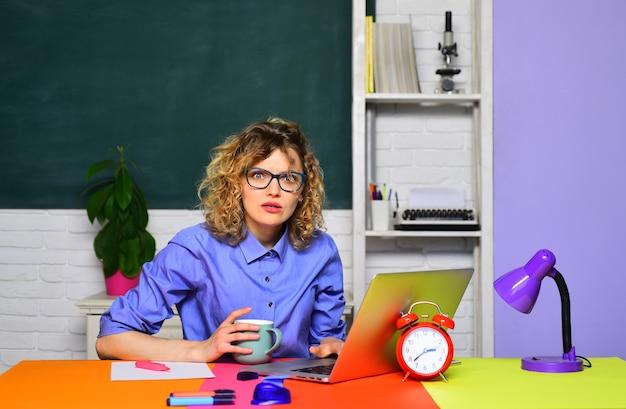녹색 칠판 배경 학생에 노트북 여교사와 교실에서 공부하는 교사