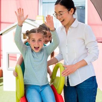 Учитель играет со своими учениками на открытом воздухе