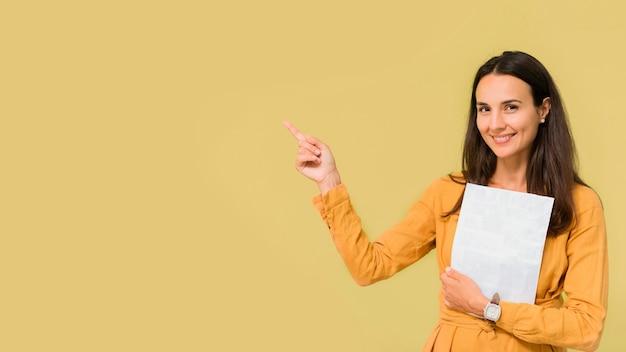 コピースペースで彼女の隣を指している先生