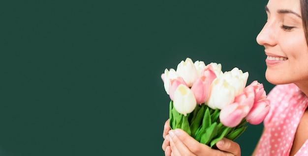 복사 공간 꽃의 꽃다발을 냄새 맡는 교사
