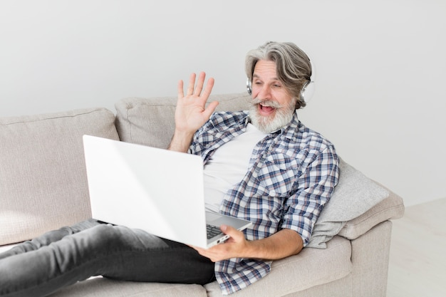 Учитель, оставаясь на диване, махнув на ноутбук