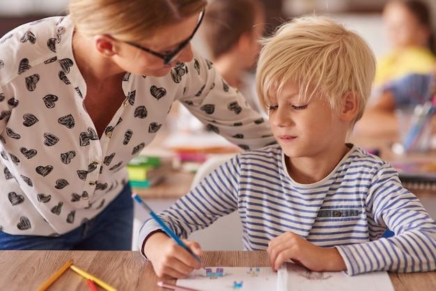 Insegnante che si prende cura del ragazzino