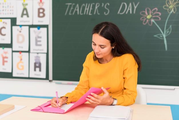 クラスでメモを取る教師