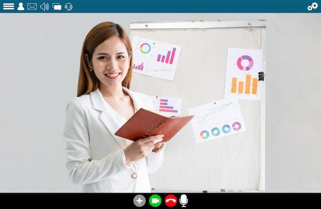 Учитель проводит урок по электронному обучению и онлайн-образовательному приложению для удаленного ученика