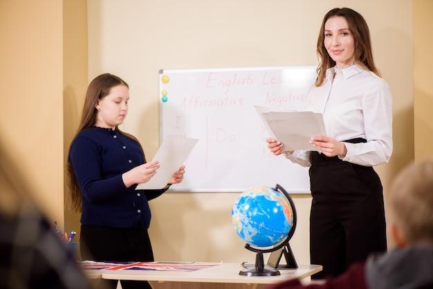 초등학생들에게 수업을 가르치는 교사.